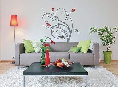 einrichten wohnzimmer - wand gestaltung- graue couch mit schwarzem quadratischen tisch