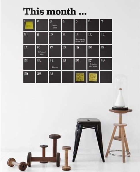 kinderzimmer wandgestaltung mit schwarzer kreidetafel als kalender