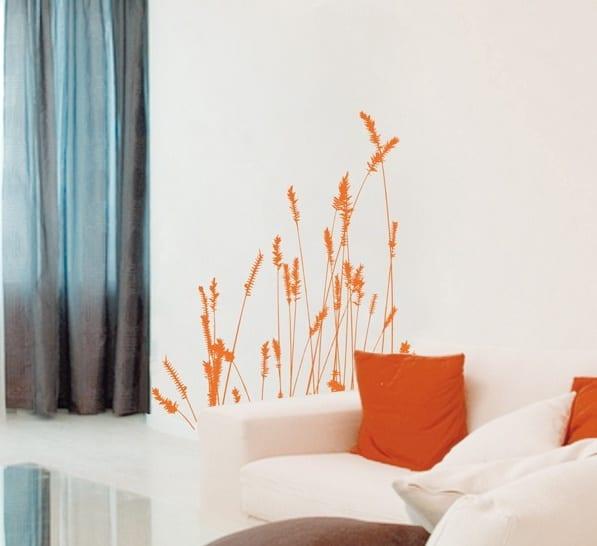 wohnzimmer wandgestaltung mit wandtattoo blumen in orange-weiße couch mit orangen kissen