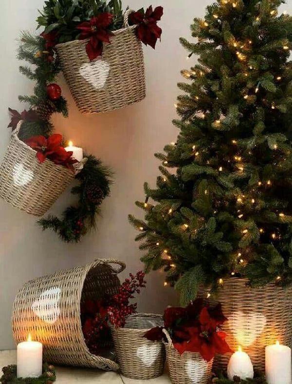 Weihnachtd dekoration mit weihnachtsstern und rattankörben