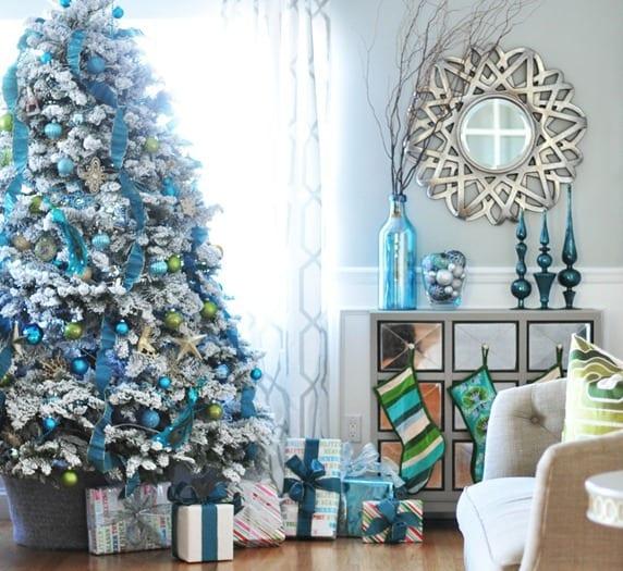 großer weihnachtsbaum mit schnee und blaue deko - weihnachtsdeko in blau