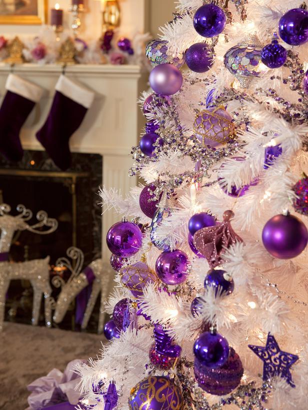 weißer weihnachtsbaum mit lila dekoration