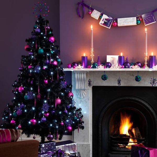 schwarzer kunstweihnachtsbaum mit pink und lila deko