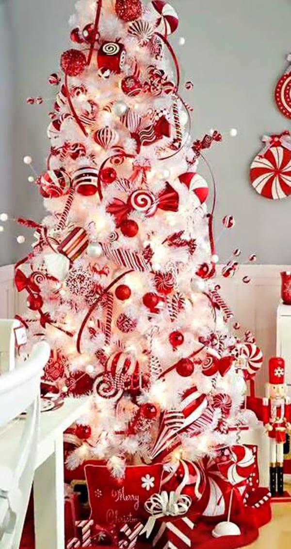 kunstweihnachtsbaum mit rote dekoration