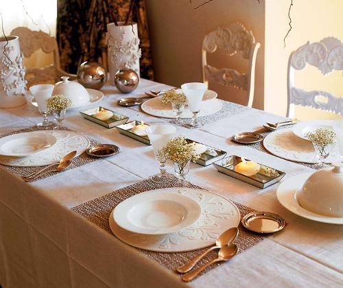 elegante tischdeko idee in weiß und gold- weiße teller