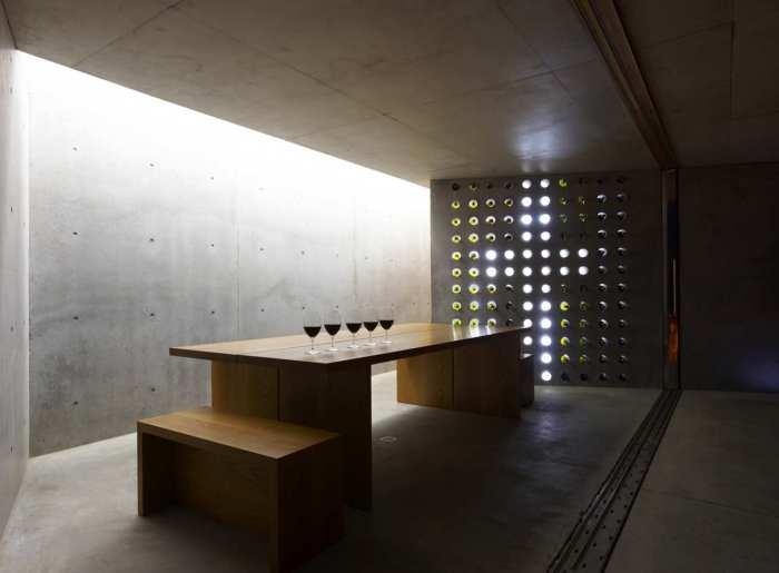 Bau mit sichtbetonplatten und kreative lichtgestaltung