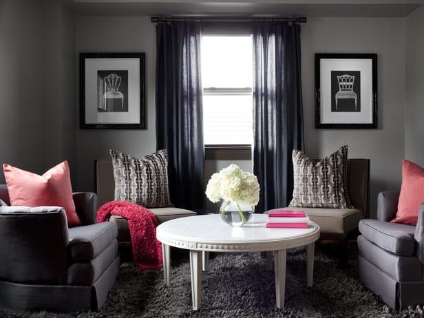 graue farbgestaltung wohnzimmer mit weißem rundtisch- sessel grau- teppich grau