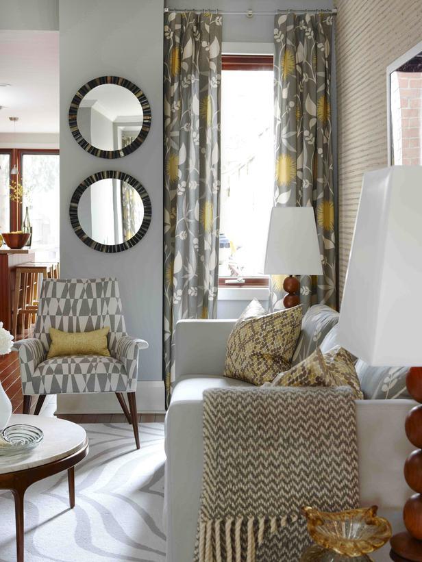 kleines wohnzimmer einrichten- weißes sofa- rundtisch aus holz
