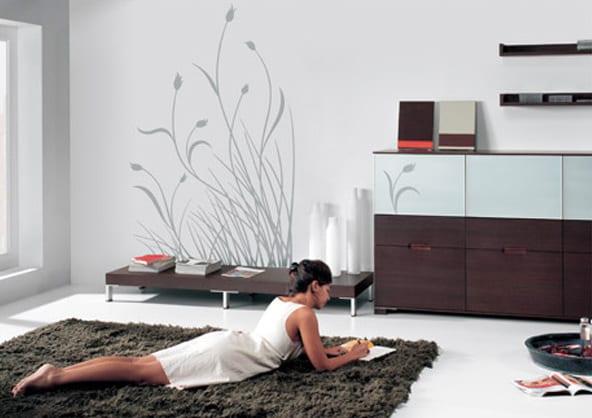 minimalistische wohnzimmer gestaltung - wandtattoo- schwarzer teppich