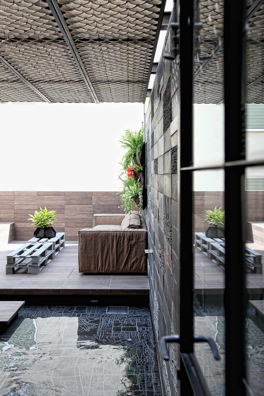 loft wohnung mit überdachter terrasse und teichbecken-möbel aus paletten