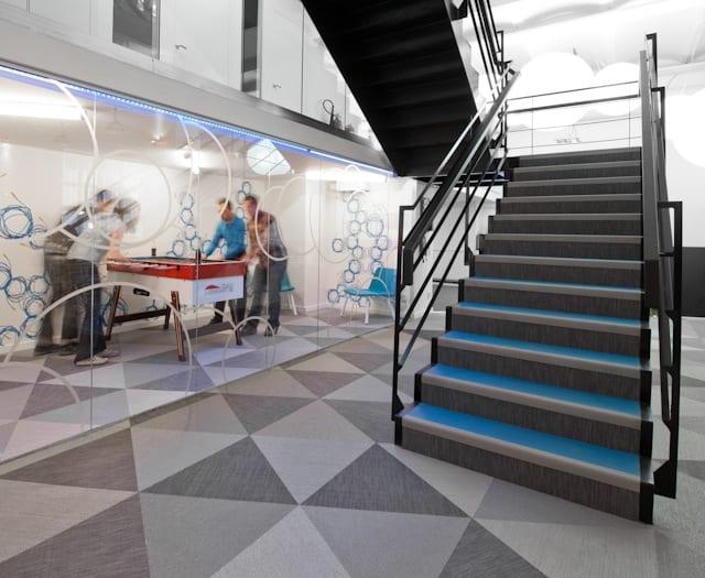 textilboden in grau mit dreiecken-treppen dekoration-Spielraum mit Glaswand