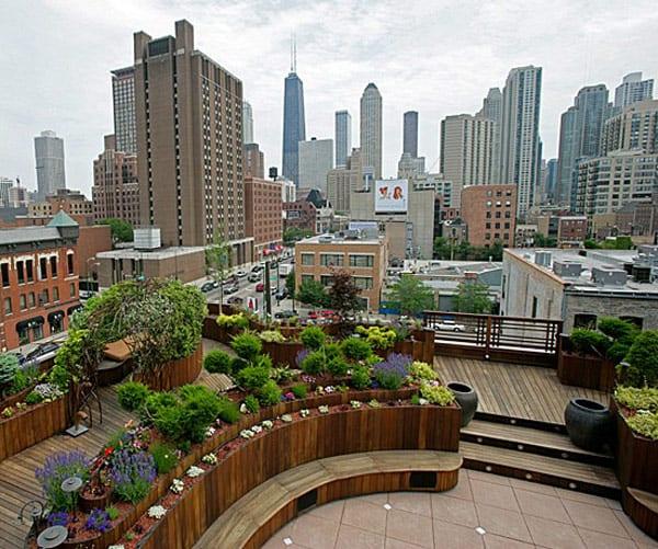 Gartenidee für Dachterrasse mit Holzboden und Holzsitzflächen