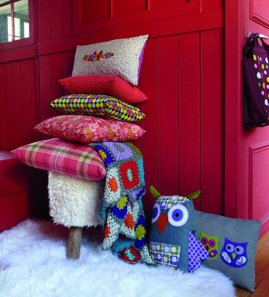 sofa und bett dekorieren mit farbigen kissen von fly ch