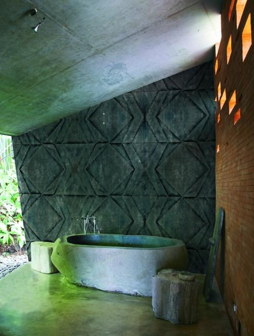 außenbadezimmer mit freistehende badewane aus beton