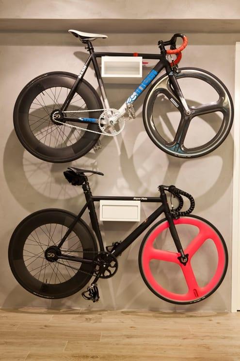 wandfarbe grau - weiße fahrrad wandhalterung