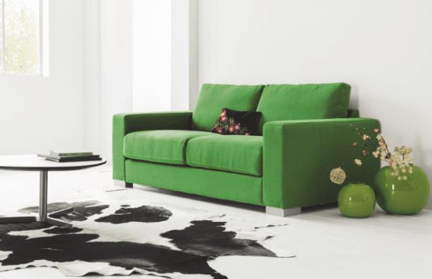 luxus wohnzimmer design mit vasen und sofa grün und Kuhfellteppich