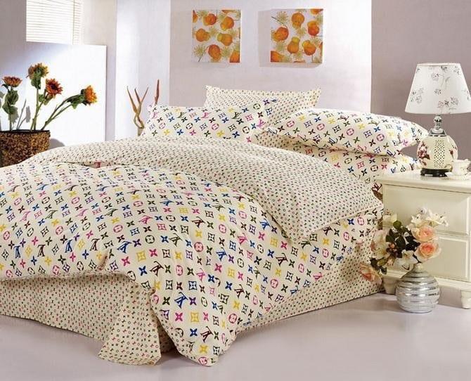 modernes schlafzimmer gestalten-sachlafzimmer weiß mit Louis Vuitton bettwäsche