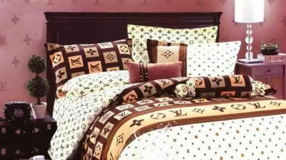 schlafzimmer mädchen mit bett und kopfbrett braun und Louis Vuitton bettwäsche in weiß und braun