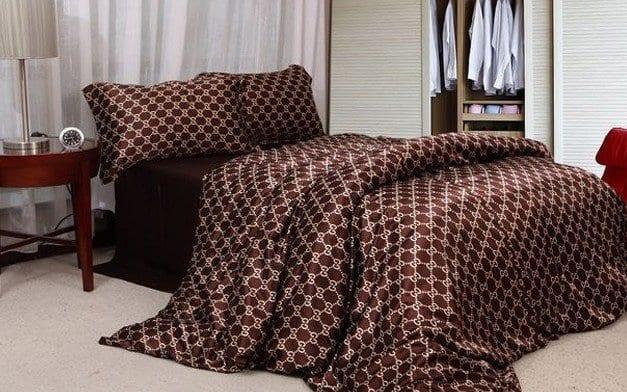 modernes schlafzimmer mit gardinen weiß und holznachttisch-bettwäsche braun