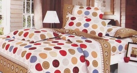 schlafzimmer mit holzwandverkleidung und bettwäsche punkten