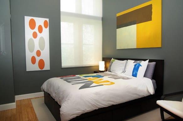 minimalistisches schlafzimmer interior mit schwarzem bett und grauen wänden