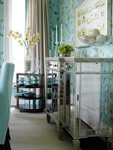 wohnzimmer blau mit blauer Tapete mit schmetterlingen-blaue Esstischstuhl mit weißen punkten