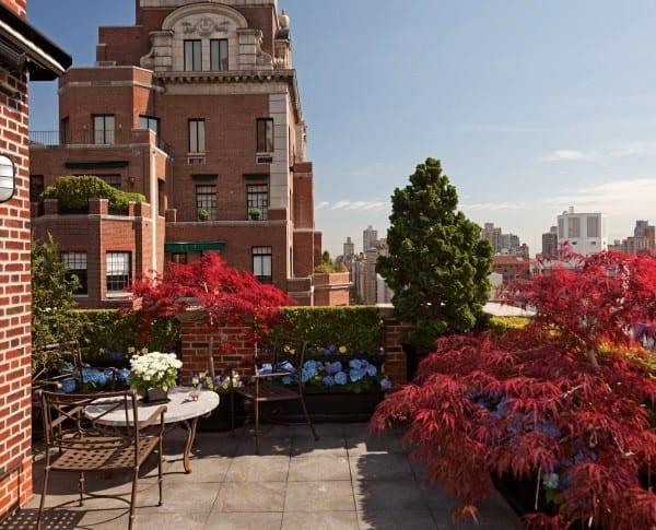 Gartenidee für Terrasse mit Ziegelwände und Hecke