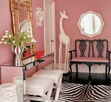 flur dekorieren - zebra teppich-sideboard spiegelglas mit weißen lederhockern