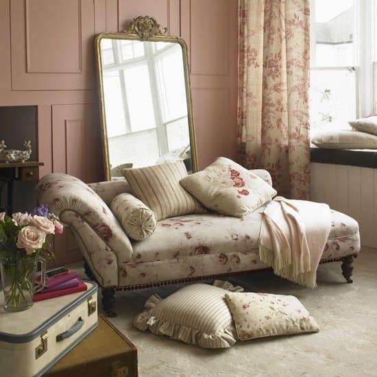spiegel im wohnzimmer-wandtextur ideen-liegesofa beige mit rosenmotiv