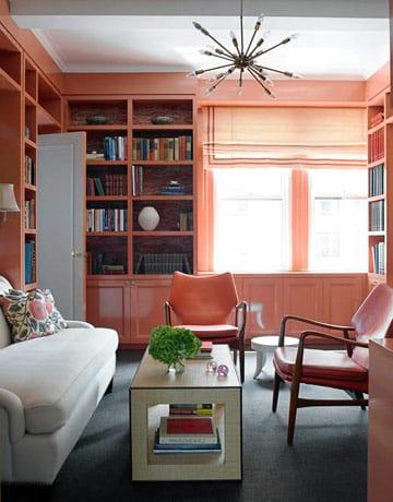 wohnzimmer mit wandregalen in altrosa-sofa weiß-ledersessel altrosa