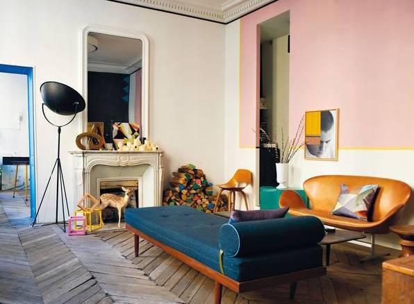 modernes wohnzimmer mit parkettboden und kamin weiß-liegesofa blau-kreative kamindekoration mit wandspiegel