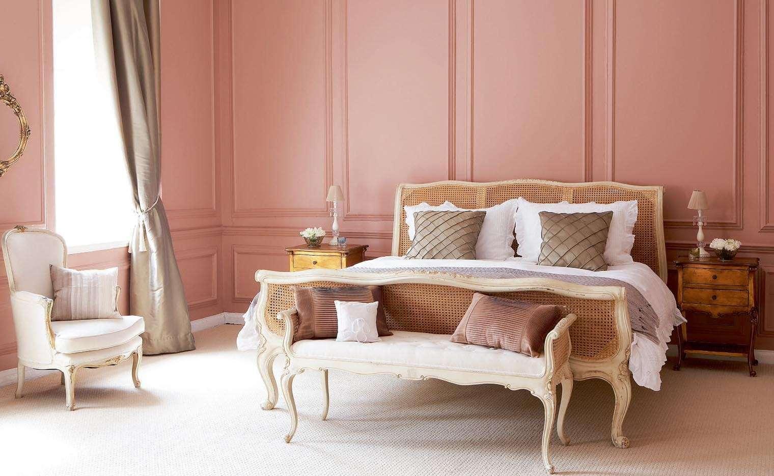 schöne wandfarben schlafzimmer-bett und sessel barockstil weiß-gardinen grau