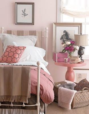 schlafzimmer gestalten in altrosa - rundtisch rosa-bettwäsche rosa