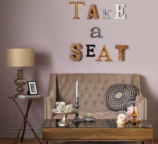 wohnzimmer design mit sofa beige und couchtisch holz-coole wandgestaltung