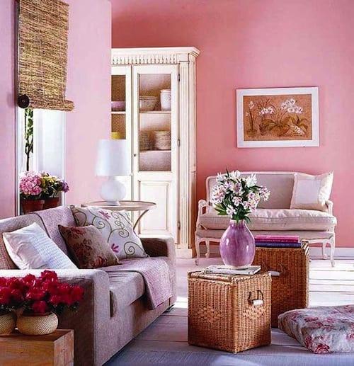 kleines wohnzimmer mit weißem holzboden und wänden pink-bamus fensterrollo