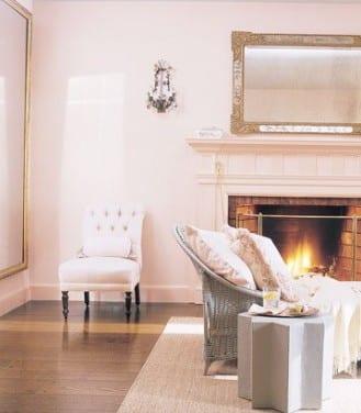 modernes wohnzimmer mit kamin in altrosa-rattansessel und sterförmiger tisch in silber