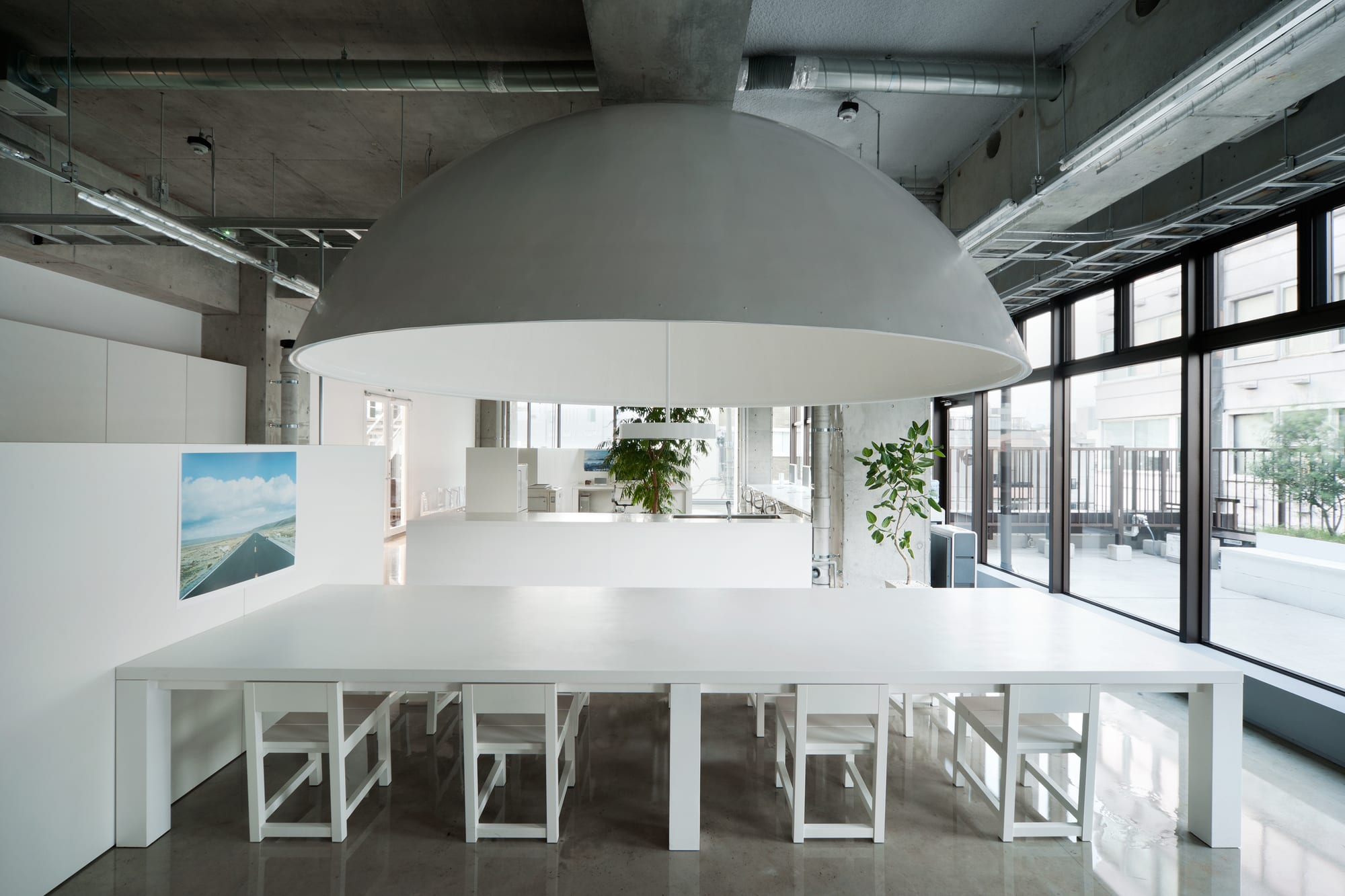 gestaltungsidee büroräume in weiß-weißer arbeitstisch mit weißen stuhlen-raumteiler aus weißen wänden-deckenlampe halbkugel