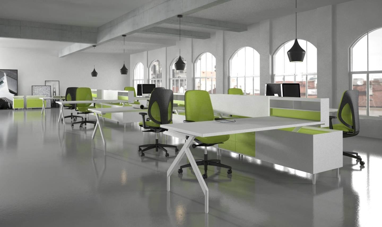 büro idee mit weißen Büroschreibtischen und Bürostühlen in grau und grün