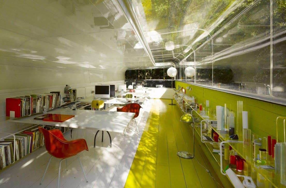büroräume-gestaltungsidee mit Glasdach und gelber Wand-Holzboden in weiß und gelb-Büromöbel in weiß und rot