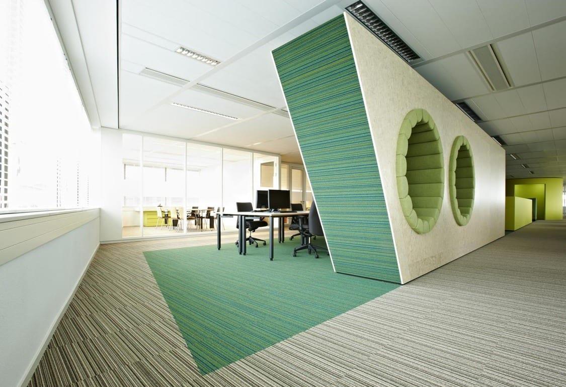 das büro in weiß und grün-wand raumteiler mit rundlöchern als sitzfläche
