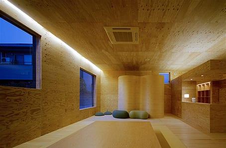 minimalistische raumgestaltung mit holzverkleidung der wände und der decke