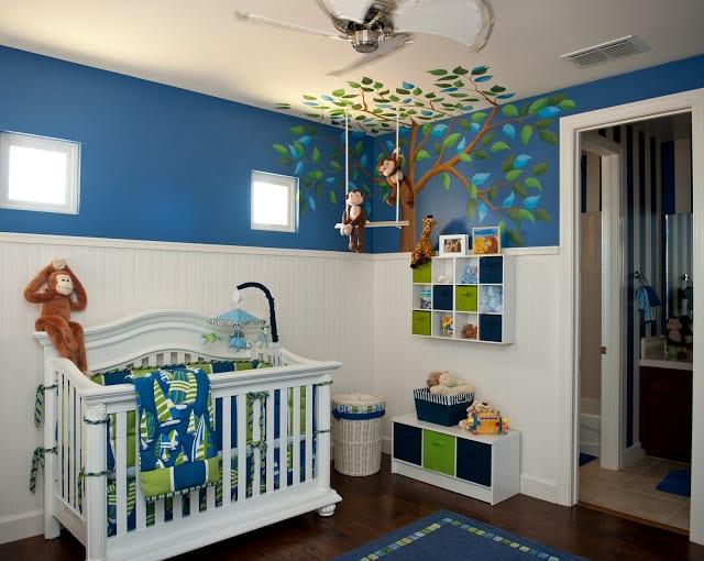 babyzimmer einrichten mit blauen und weißen wänden-babybettwäsche blau und grün-wandgestaltung baum
