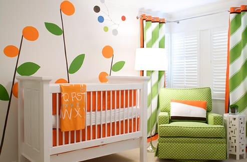 babyzimmer mit wandgestaltung-grüner sessel mit weißen punkten- kindergardinen in grün und orange