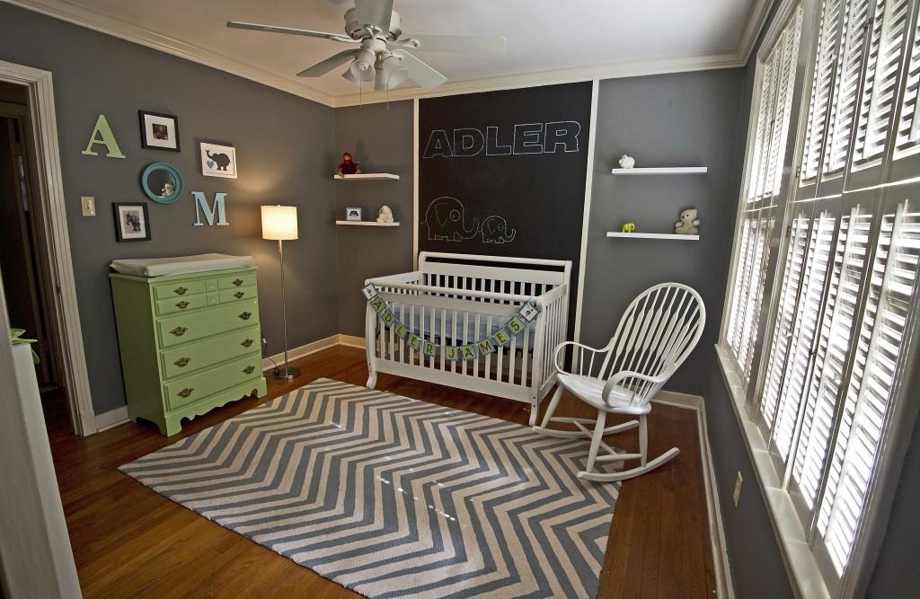 babyzimmer mit grauen Wänden und weißer Decke- kinderzimmer teppich in weiß und grau-grüne kommode-weißes babybett mit schwarzer Kreidetafel wand Deko