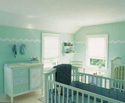 babyzimmer mit hellblauen Wänden und Kinderzimmermöbeln- kommode blau-babybett blau