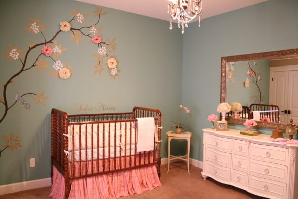 babyzimmer mit grauen Wänden und japanischer Kirschbluten Wandtattoo-rosafarbige Kommode mit rechteckigem Wandspiegel