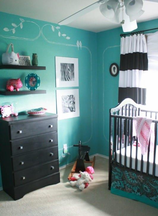 babyzimmer mit blauen wänden und weißer wanddeko- gardinen mit weiß-schwarzen holizontalen Streifen-schwarze babyzimmermöbel