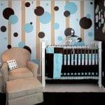 Farbgestaltung kinderzimmer-wiße wand mit Streifen in beige und mit blauen und braunen Punkten-kinderbettdecke blau und braun- kinderzimmer teppich schwarz