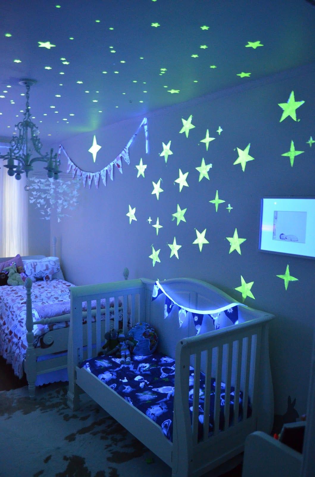 babyzimmer mit leuchtender Sterndecke
