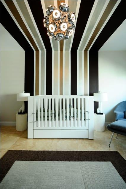 babyzimmer mit schwarzen und goldenen streifen- wandgestaltung und deckengestaltung mit streifen
